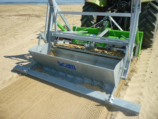 Pulizia spiaggia con macchine trainate