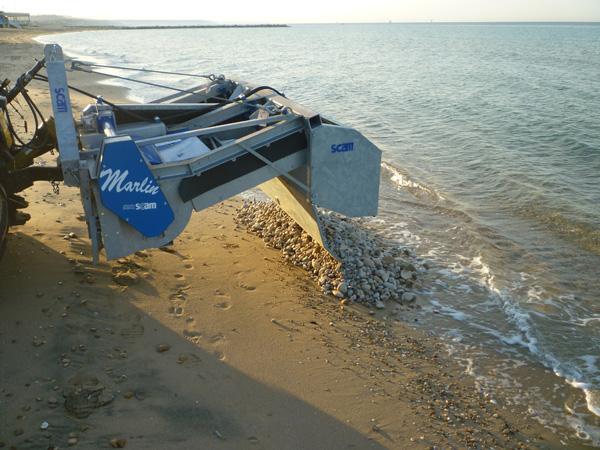 Pulisci spiaggia trainata da trattore