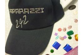 Cappellini personalizzati con strass e borchie