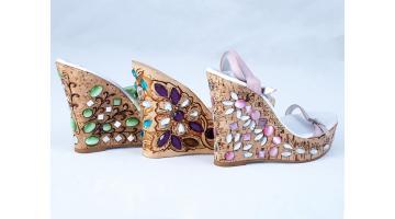 Incisioni e applicazioni pietre su zeppe calzature