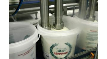 Сицилийское производство рикотты с сахаром