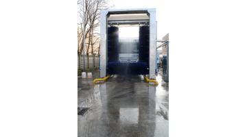 Impianto di lavaggio a portale per veicoli