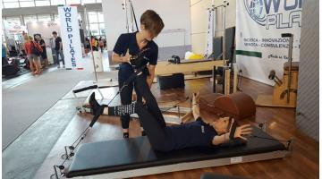Attrezzo per la pratica del pilates e l'alleamento contemporaneo di tutti i muscoli