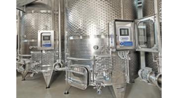 Stainless steel vinifiers with autonomous fulling