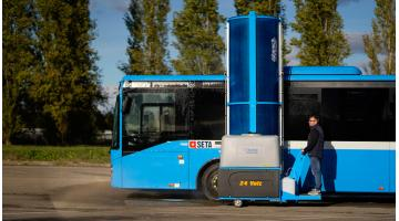 Lavaggio autobus con operatore a bordo in piedi