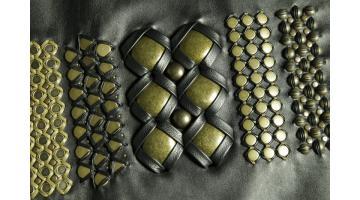 Applicazione di borchie con lavorazione infilatura