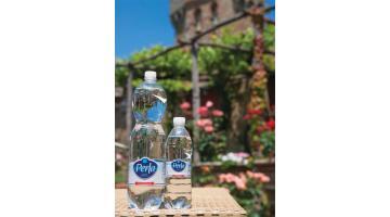 Acqua minerale in bottiglia di plastica